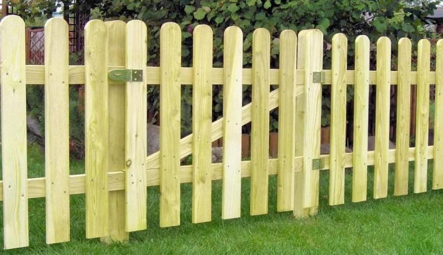 Забор на даче из подручных материалов